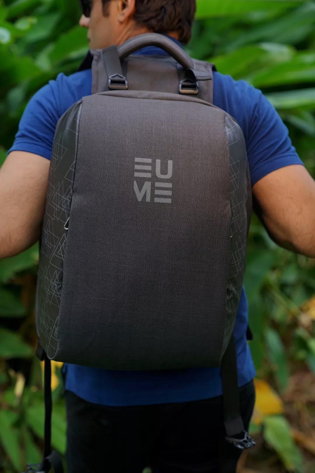一个可以帮你按摩的背包 背着不累