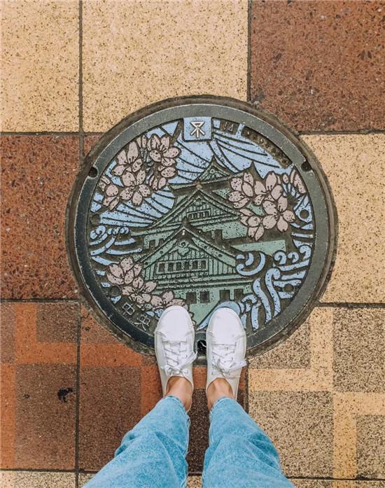 日本街道带动漫图案又会发光的沙井盖
