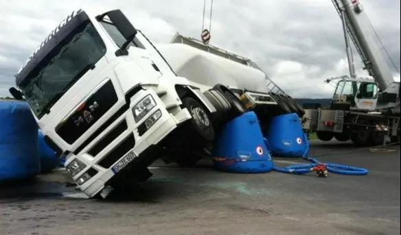 侧翻汽车救援神器,可使车身平稳落地