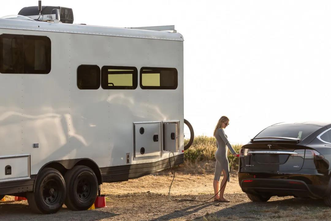 太阳能房车,超强续航还能为电动车充电