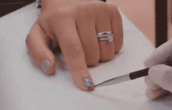 手指甲上的芯片可代替名片